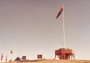 """العلم الأسترالي والمخيم الأبروجينلي على """"تلة الكابيتول"""" في كانبرا"""