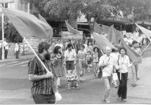 """עודד פילבסקי (משמאל) בגוש """"מצפן"""" בהפגנת 1 במאי בתל אביב, 1979: דגלים אדומים בלבד"""