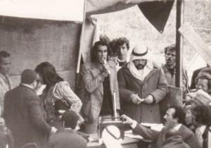 """עו""""ד מוחמד קיוואן, ממייסדי תנועת אבנא אל-בלד (""""בני הכפר"""") באום אל-פחם, נואם בהלוויית המשורר ראשד חוסיין"""